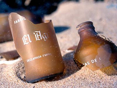 Botellines de cerveza abandonados por militares españoles en Dajla (Villa Cisneros), Sáhara Occidental (1998)   © I. U. T. / M'Sur