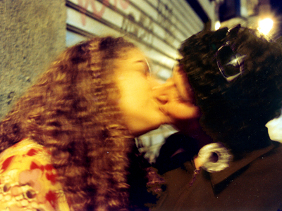 Dos chicas se besan (Madrid, 2005) |  © Ilya U. Topper
