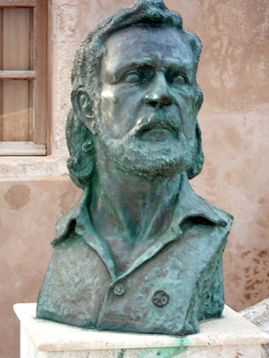 Estatua de Yannis Ritsos en Monemvasia, Grecia | Albtalkourtaki / Dominio público