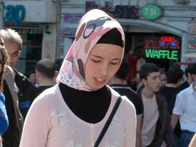 Joven con hiyab en Estambul   |  © Ilya U. Topper