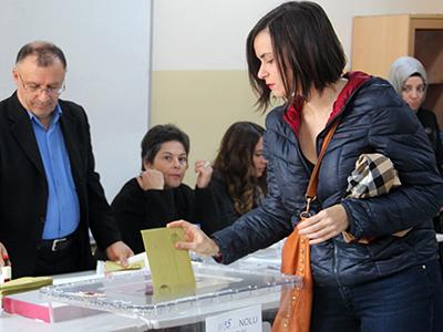 Una mujer vota en Turquía (2015) | © Ilya U. Topper/M'Sur