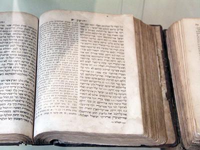 Libro de Josué en la sinagoga de Sarajevo (2015) |  © Ilya U. Topper