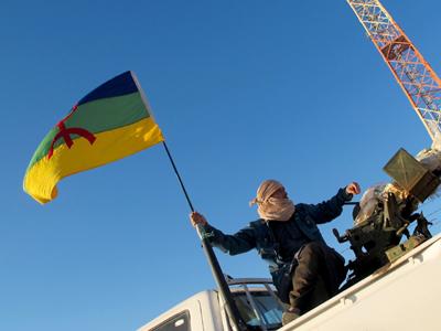 Un militante ondea una bandera amazigh (2013) | ©  Karlos Zurutuza
