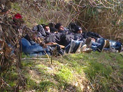 Inmigrantes indocumentados descansan al cruzar de Turquía a Grecia (2013) | © Saleh al Umar