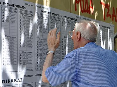 Un jubilado lee publicidad electoral (Jun 2012) | © Irene Savio