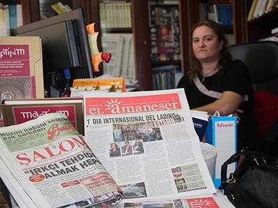 Emel Benbasat en la oficina del Sentro de Investigasiones sefardí en Estambul (2014) | © Ilya U. Topper
