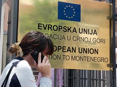 Una joven montenegrina ante la Delegación de la UE en Podgorica (2014) | © Ilya U. Topper