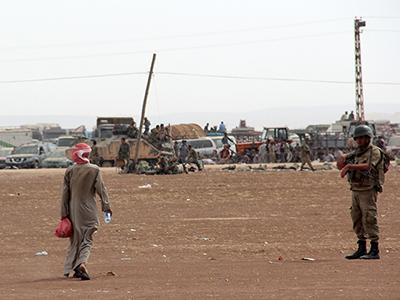 Un refugiado kurdo de Kobani camina hacia la frontera turco-siria (Sep 2014) | © Ilya U. Topper