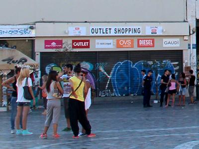 Transeúntes ante una tienda en Atenas (2012) |  © Ilya U. Topper / M'Sur