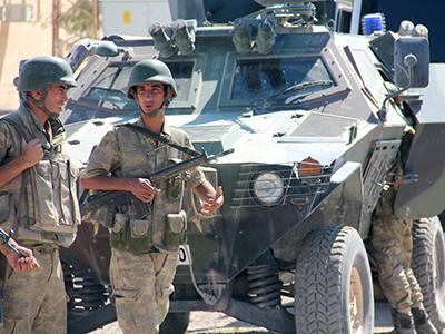 Soldados turcos ante un blindado (Suruç, Oct 2014) | ©  Ilya U. Topper / M'Sur