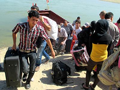 Refugiados  de Rojava desembarcan en Iraq tras cruzar el río Khabur | © Karlos Zurutuza