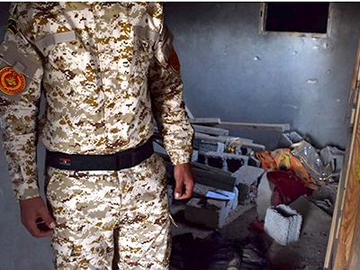 Un soldado libio guarda restos de un refugio del Daesh en Sabrata (Mar 2016) | © Laura J. Varo