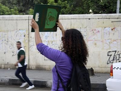 Una joven levanta un Corán en El Cairo (2013) | © Imane Rachidi