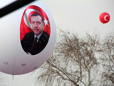 Globo con imagen de Erdogan en una inauguración en Estambul (Dic 2016) | © Ilya U. Topper / M'Sur