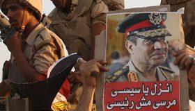 Un manifestante levanta una foto del presidente Abdelfatah Sisi (El Cairo, 2013) |  @ Imane Rachidi / M'Sur