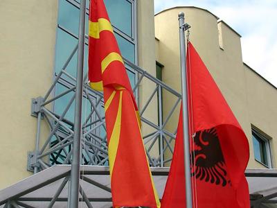 Banderas macedonia y albanesa en Skopie (2007) |   ©  A. Villarino