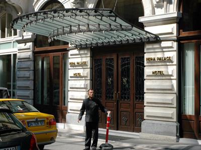 Puerta del hotel Pera Palace en Estambul (2010) | © Ilya U. Topper