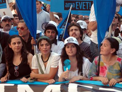 """Manifestación """"No basta pero sí"""" por el referéndum constitucional (Estambul, 2010)   © Ilya U. Topper"""