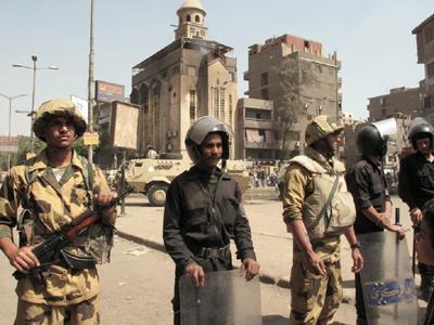 Soldados ante la iglesia de Imbaba (El Cairo, 2011) |   ©  Daniel Iriarte