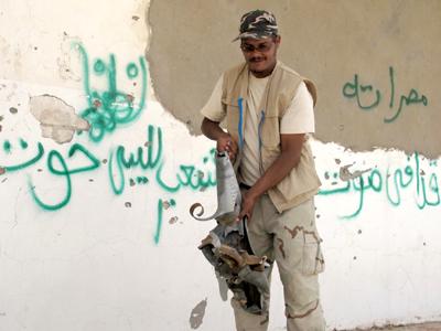 Vecino de Zintan con restos de un misil Grad (Ago 2011) |   ©  Daniel Iriarte