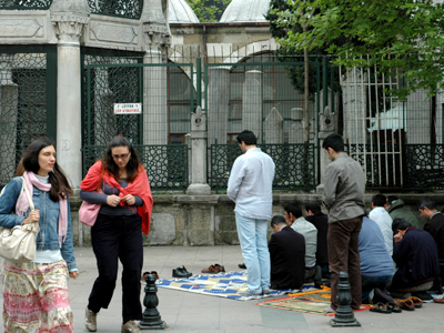 Rezos en una calle de Estambul (2011) © Ilya U. Topper
