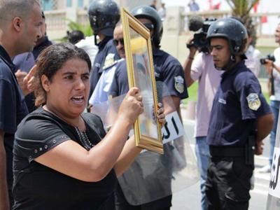 Una mujer encabeza una protesta en Túnez (2011)   ©  J. P. de la Cruz