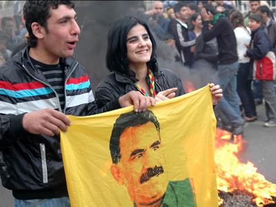 Jóvenes en el Newroz de Diyarbakir con un cartel de Abdullah Öcalan (Marzo 2011)  | © Ilya U. Topper / M'Sur