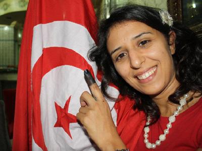Una tunecina muestra su dedo después de votar (Oct 2011) | © Emna Ben Jemaa