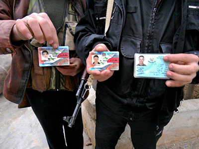 Desertores sirios muestran sus carnés (Dic 2011)   © Daniel Iriarte