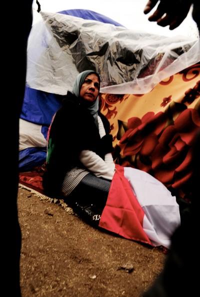 Una mujer descansa en Tahrir, donde ha pasado la noche / Miguel Ángel Sánchez