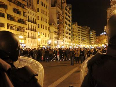 Policías ante una protesta en Valencia (Feb 2012) |  ©  Javier P. de la Cruz