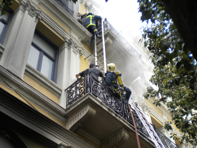 Bomberos rescatan un banco en Atenas (2010)  | © Darío Menor