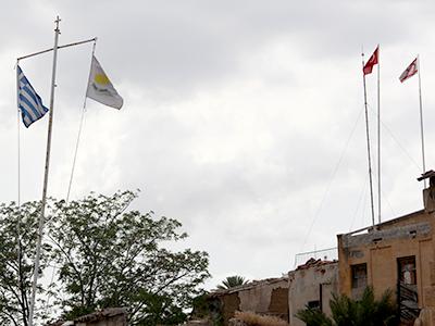 Banderas en la 'Línea Verde' de Nicosia, Chipre (2012)  | © Ilya U. Topper