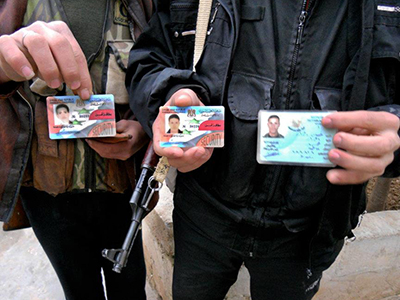 Rebeldes sirios en Idlib muestran sus carnés de identidad (Jul 2012) | © Daniel Iriarte