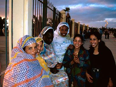Jóvenes saharauis en El Aaiún (1998) | © Ilya U. Topper/M'Sur