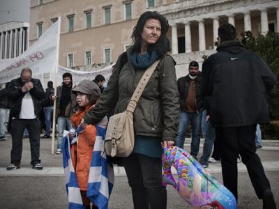 Una mujer y su hijo en una protesta en Atenas |  © Andrés Mourenza /M'Sur