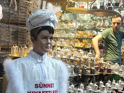 Ropa de circuncisión en una tienda de Estambul (2014) | © I. U. T. / M'Sur