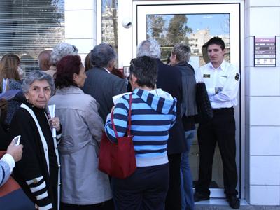 Cola ante un banco de Chipre. Mar 2013 | © Daniel Iriarte/M'Sur