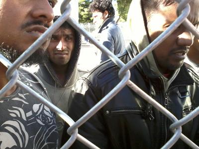 Inmigrantes indocumentados en un centro de Corintio, Grecia (Ene 2013) | © Andrés Mourenza