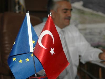 Banderitas en la alcaldía de Hakkari, Turquía | © Ilya U. Topper/M'Sur