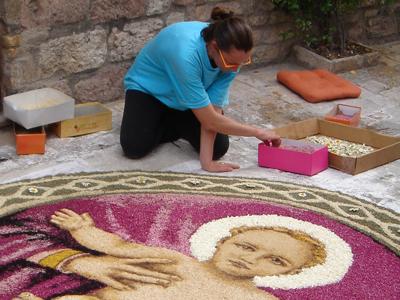 Una mujer decora el jardín de la basílica de Asís (Italia) |   © Darío Menor