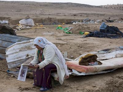 Una beduina de Israel entre los restos de su vivienda | © ACRI (cedida)
