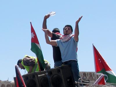El activista Mahdi Saafin, liderando las protestas en Ammán © Laura F. Palomo