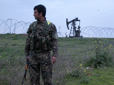 Un miliciano kurdo vigila un pozo de petróleo en Rumelán, cerca de Derik, Siria |  © Karlos Zurutuza