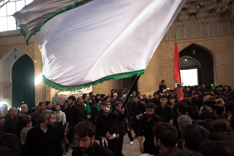 Entrada de los miembros de un huseiniyé de Yazd en la mezquita del Viernes tras la procesión.