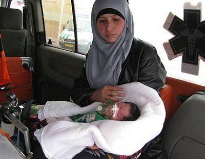 Una ambulancia palestina, con una madre y su bebé, bloqueada en el checkpoint de Qalandia. / ACRI