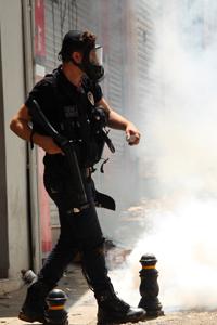 Un policia  cerca de Taksim, Estambul, 1 Junio 2013  | © I. U. Topper