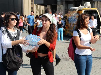 Una cadena humana pasa paquetes de agua mineral al parque Gezi. Taksim, Estambul, Junio 2013  | © I. U. Topper