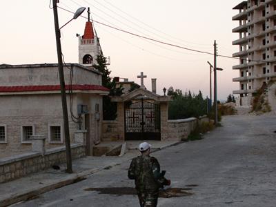 Rebelde ante una iglesia de Gazani (Siria, Oct 2012) | © Ethel Bonet