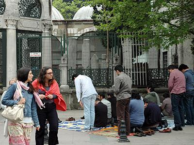 Jóvenes rezan en la calle en Estambul (2011) |  © I. U. T. / M'Sur
